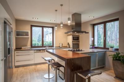 fenêtres en bois dans une cuisine moderne avec ilot