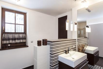 Salle de bain avec des fenêtres imitation bois