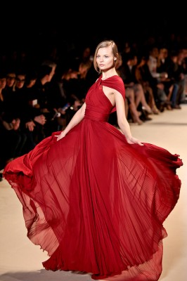 top model en robe rouge en défilé à la fashion week de new york
