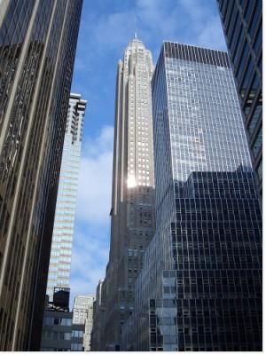 photo en contre-plongée de batiments gratte-ciel à new york avec l'empire state building en arrière-plan