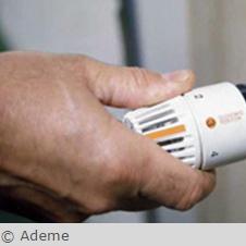 main sur un thermostat de radiateur