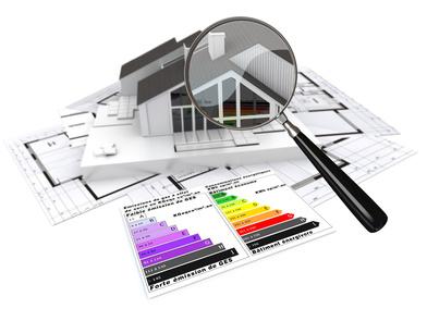 maquette d'une Maison avec une loupe et des résultats thermiques